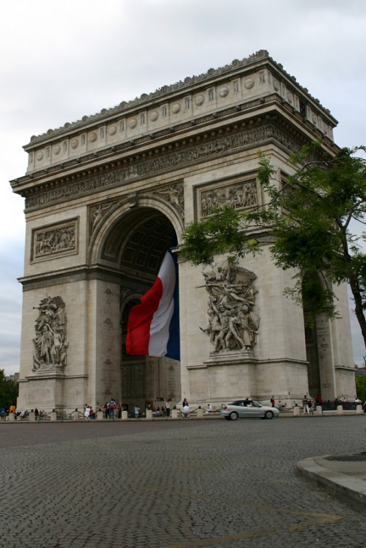 L'arc de triumphe with flag