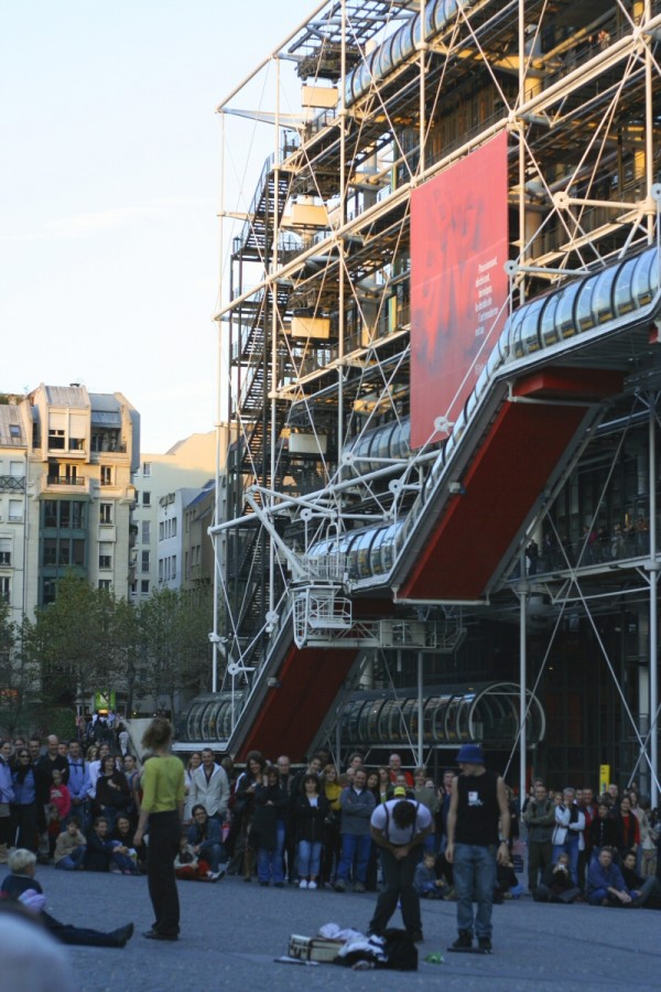 Street theatre in Beaubourg II