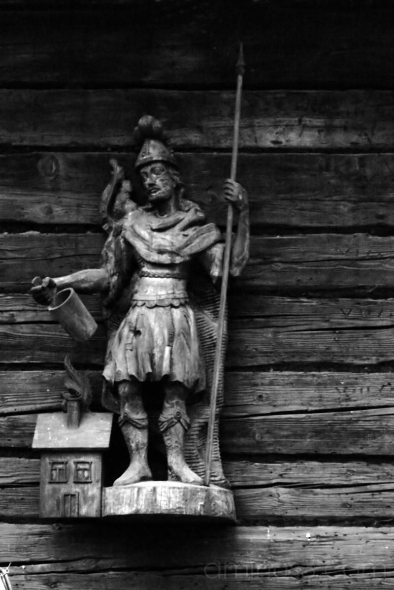 statue,wood