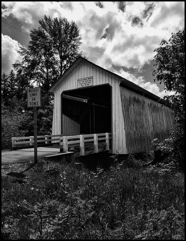 The Gallon House covered bridge in Oregon, USA.