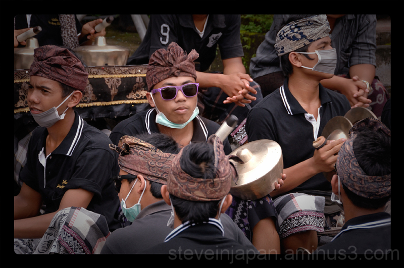 A band member sporting cool sunglasses in Ubud.