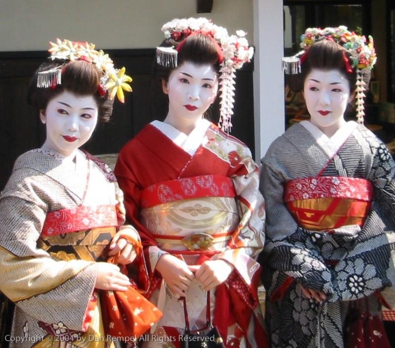 Three Maiko in Kyoto's Higashiyama