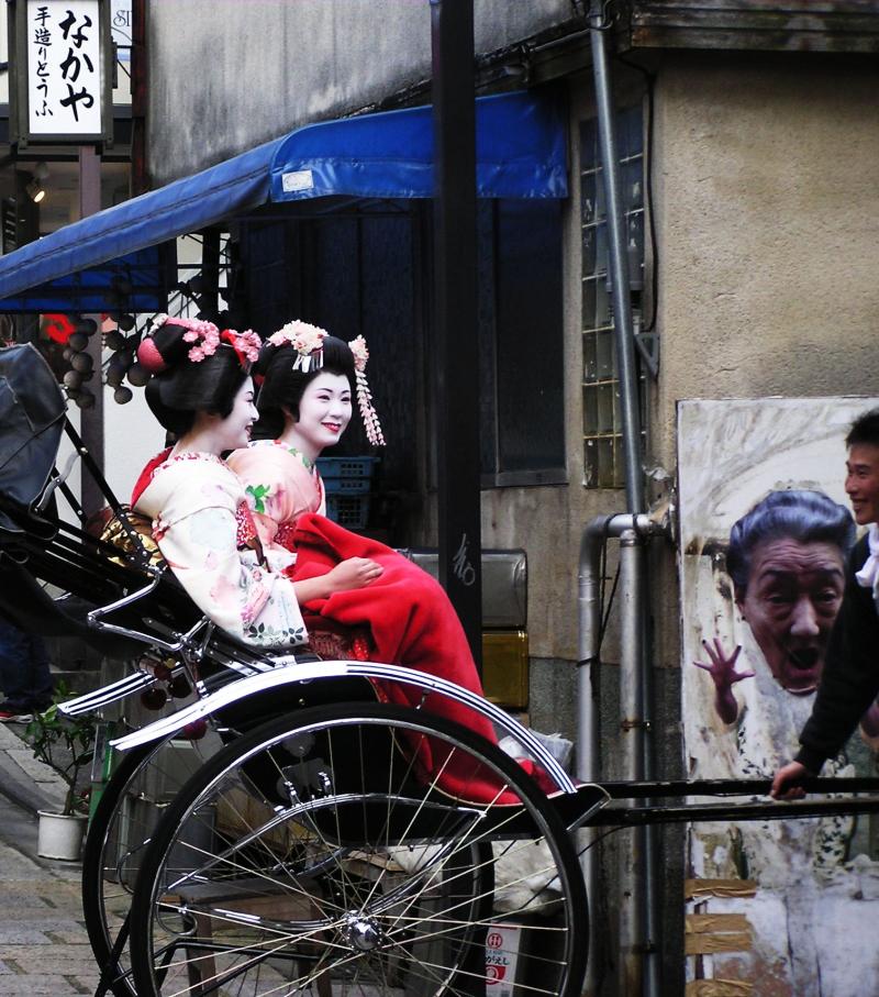 maiko tourist kimono Kyoto Japan sightseeing