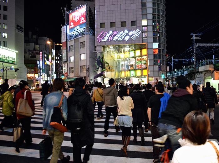 tokyo shinjuku street crossing pedestrian japan