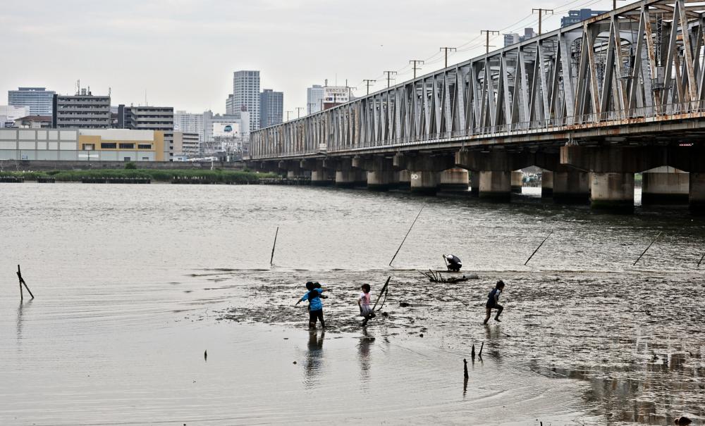 osaka umeda japan yodogawa river bridge children