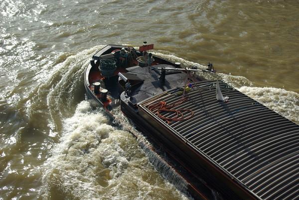 Péniche très chargées remontant la Seine à Paris