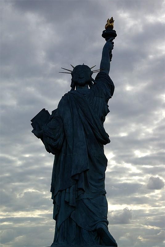 Contre-jour sur la Statue de la Liberté à Paris