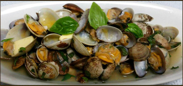 Steamed Clams in White Wine with Sweet Basil