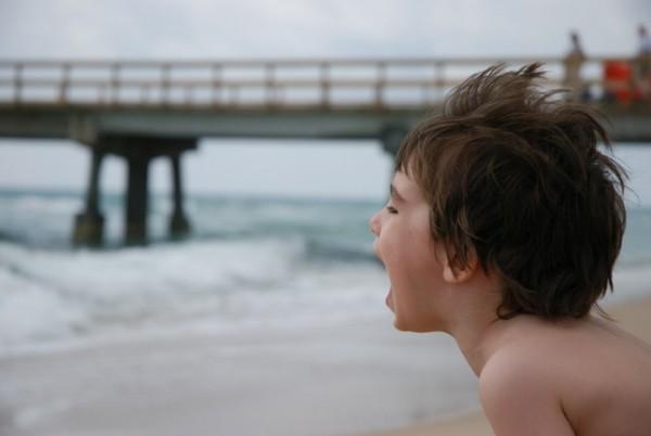 Zamiel crie à l'océan.