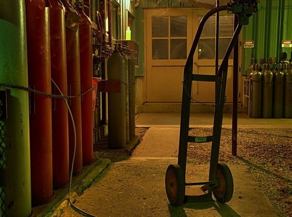 Handcart and gas cylinders