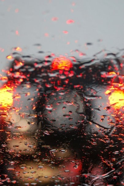 The back of a H3 Hummer on a rainy day.
