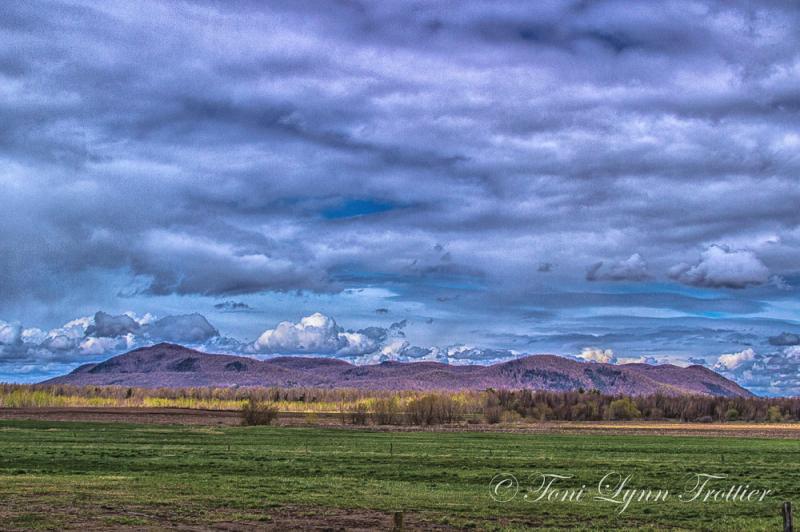 mont Yamaska dans les nuages