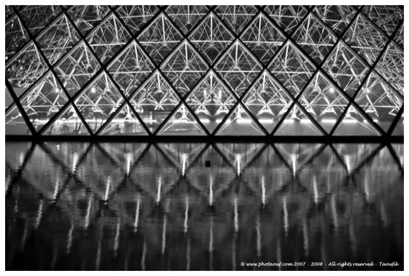 Symetric reflection pyramide louvre b&w