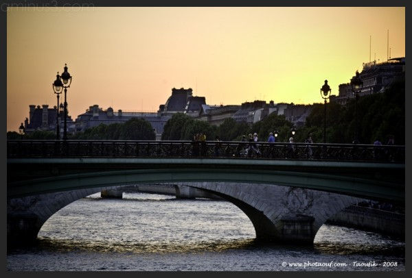 Sunset on a bridge - Paris