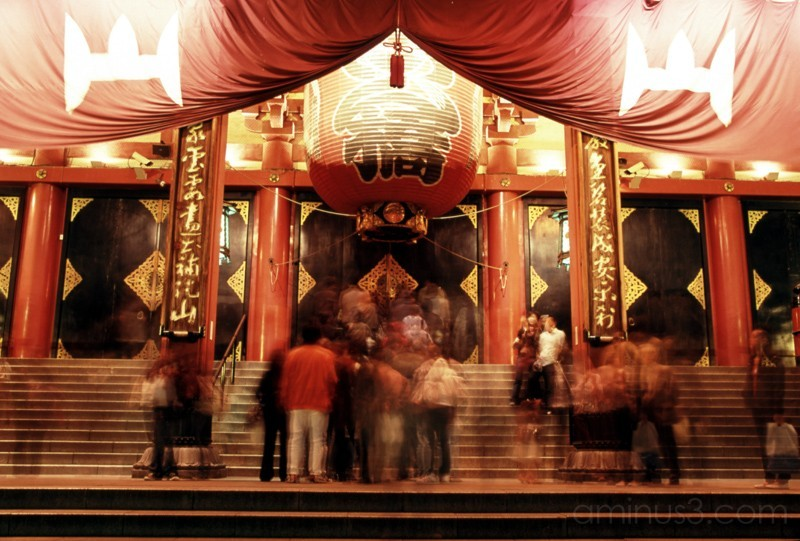 crowd gathering at asakusa's sensoji temple tokyo