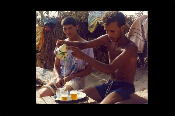 un thé sur la plage - tea in the sahara