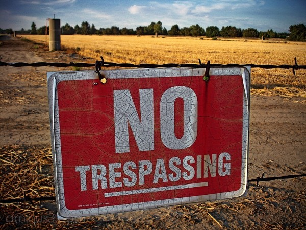 land agriculture no tresspassing sign fence field