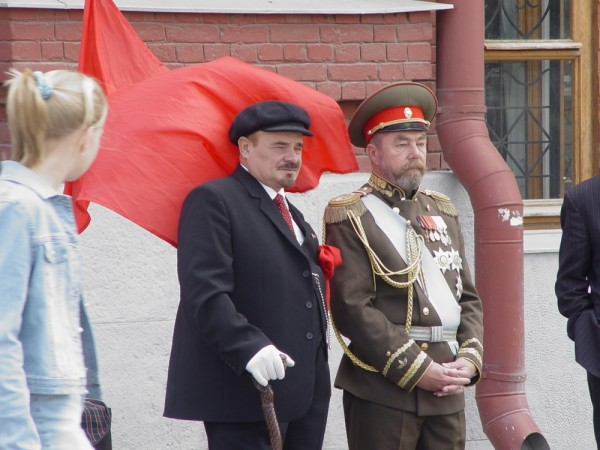 Doubles of Lenin and Nicolay II in Red Place
