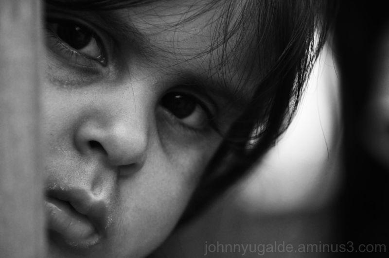 niña mirando al objetivo