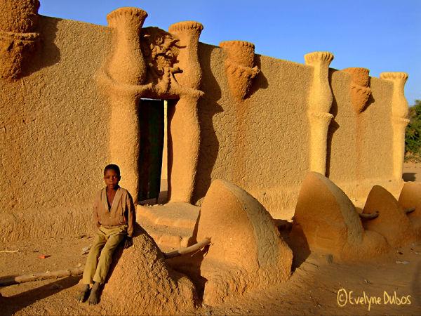 Façade en banco, couleur désert.  (Niger)