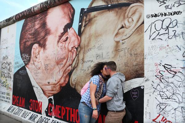 Le (double) baiser du Mur de Berlin.