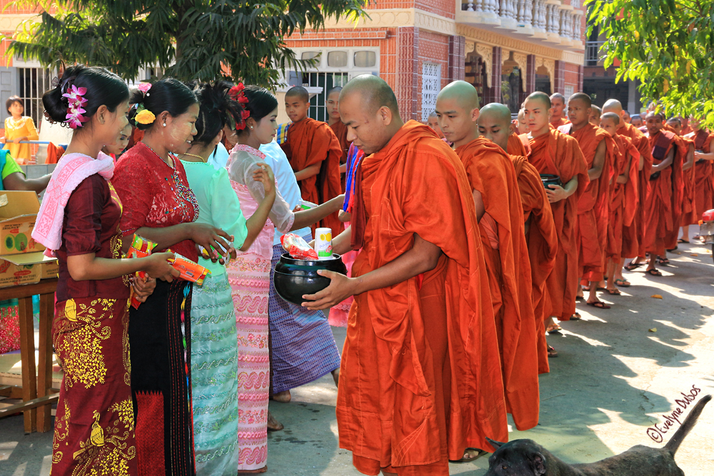 Cérémonie du noviciat : l'aumône des moines.