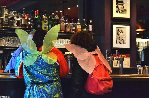 Deux papillons au bistrot