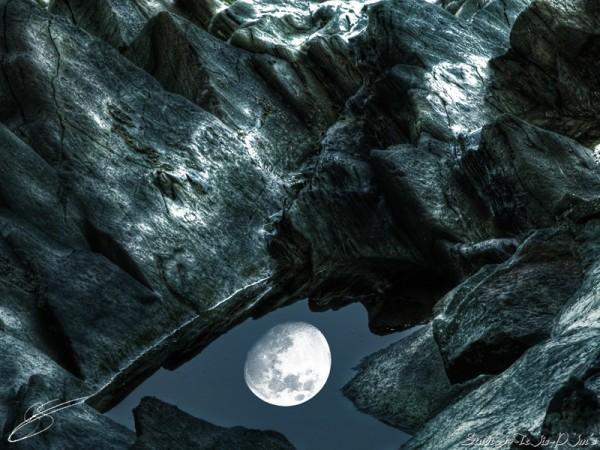 Reflet de lune dans une flaque d'eau