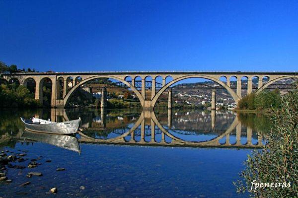 Douro-Ponte e barco, reflectidos no rio Douro.