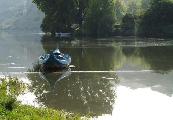 Blue boat at Sabor river
