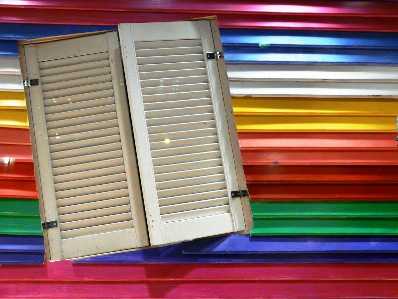 Facade colorée dans une vitrine à Barcelone