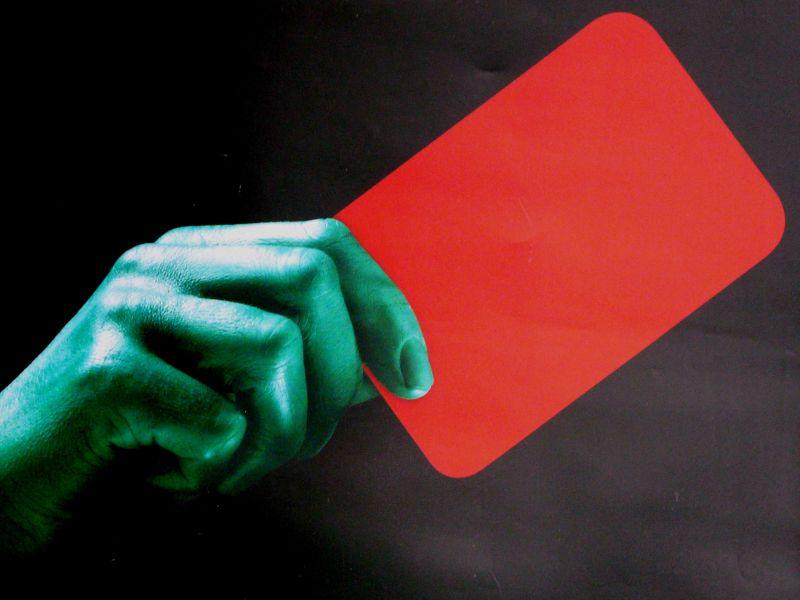 Carton rouge et main verte