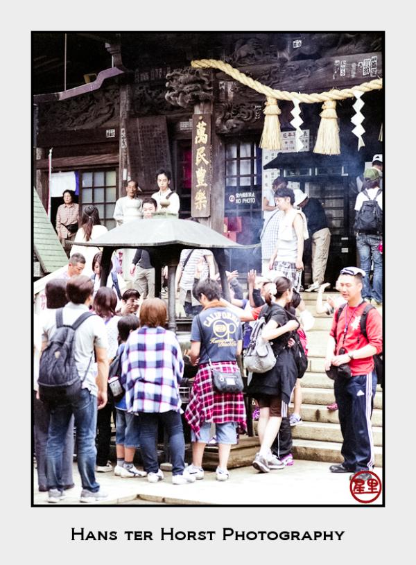 Schoolkids at the Yakuoin shrine, Mt Takao