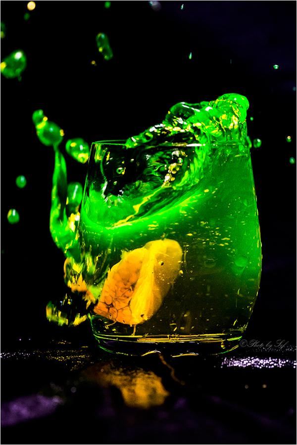 Une mandarine à l'eau Fluo