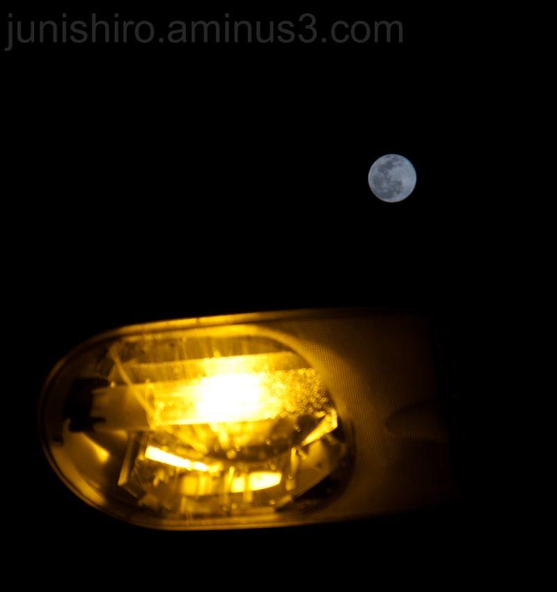 La luna de hoy y una lampara de la calle