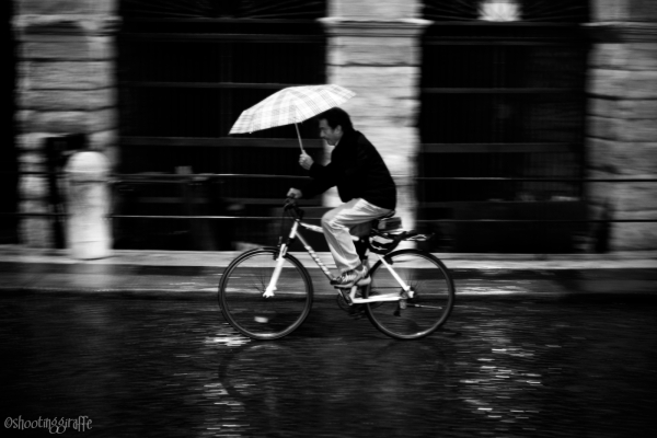 24h in Verona: rain, bicycles, people. (2 of 6)