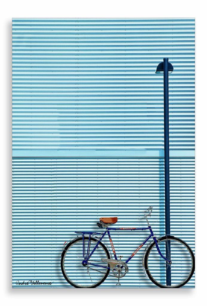 velo sur mur bleu