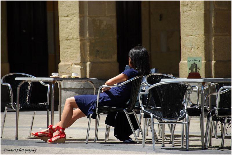 La fille aux sandales rouges