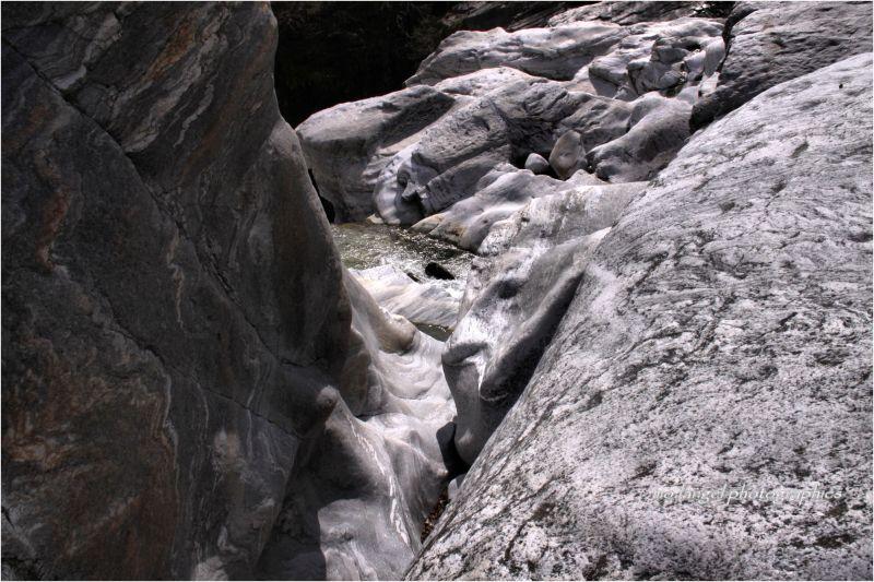 Et entre coule la rivière