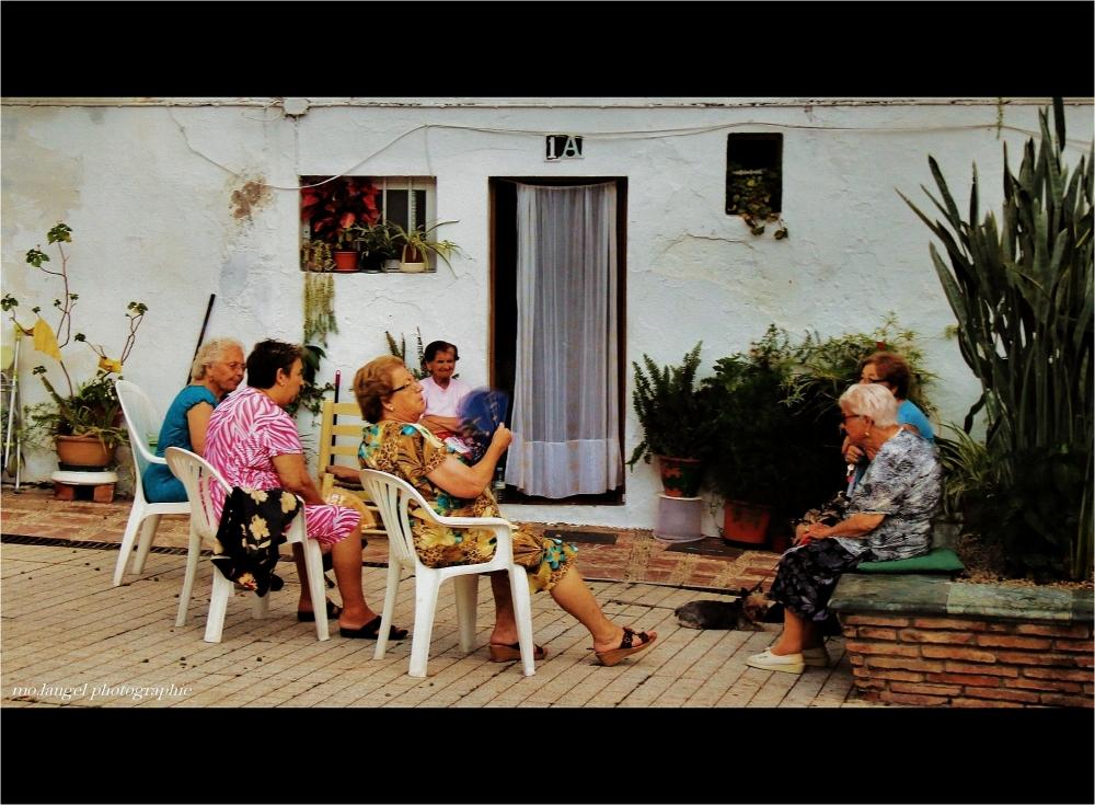 Discussion devant la maison
