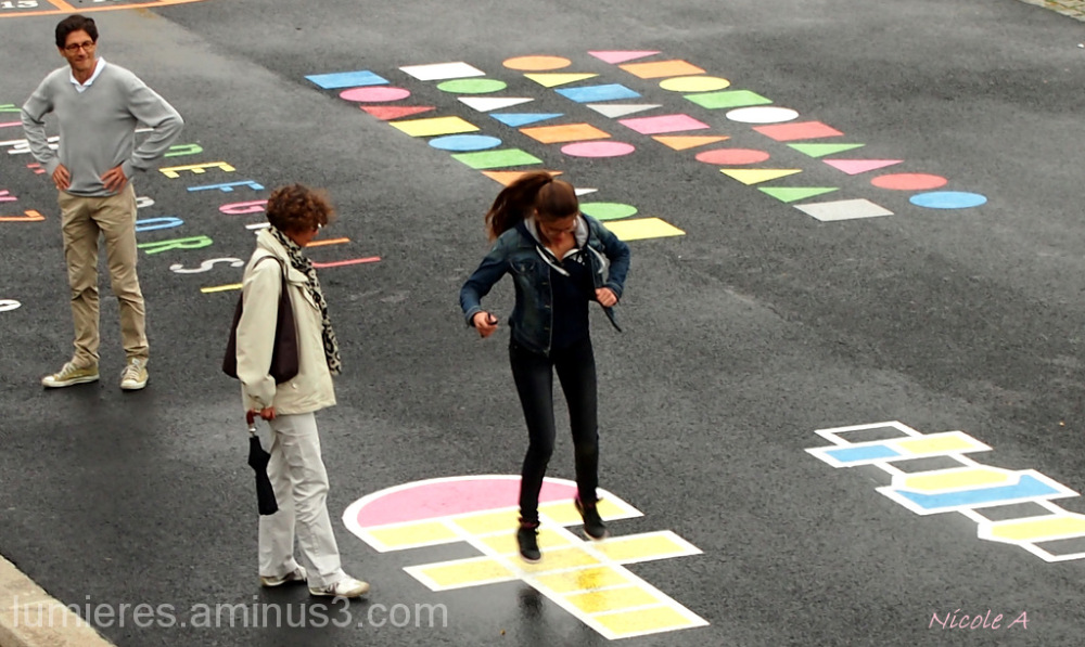No age to play hopscotch !