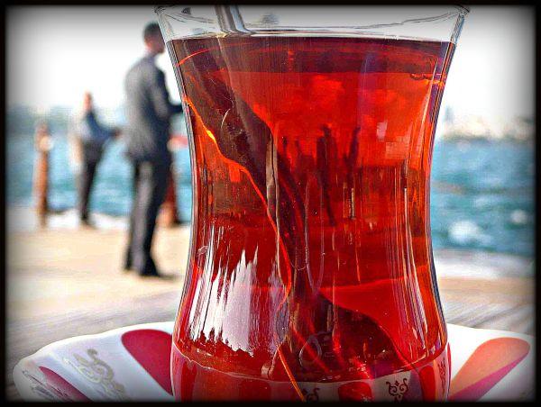 Deux-trois pêcheurs dans mon thé rouge d'Istanbul