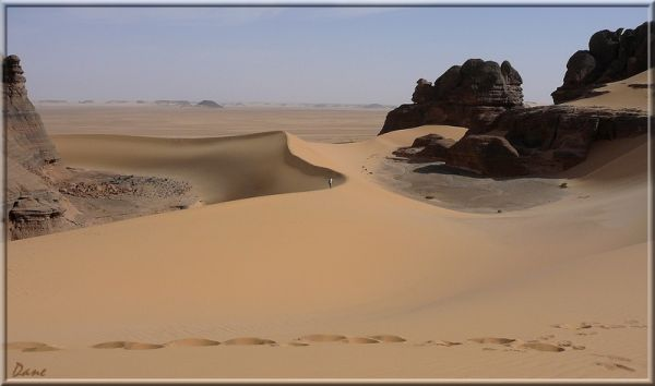 Sur l'arête des dunes entre les pitons de roches