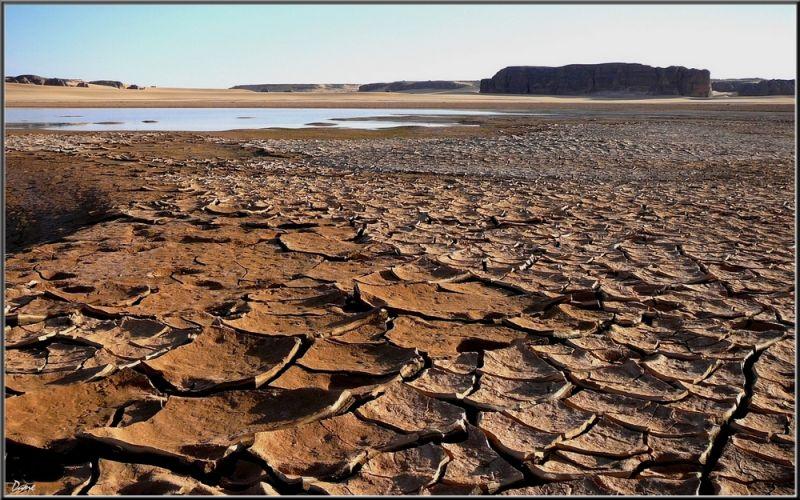 L'eau s'évapore et la terre se fend au soleil