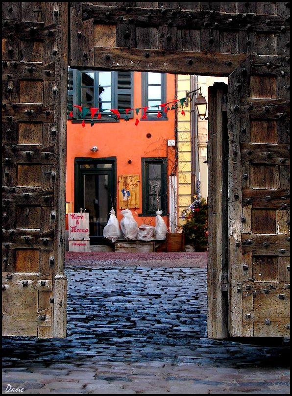 Dans la cour... derrière le portail..