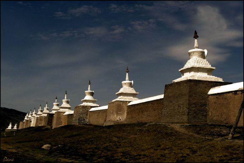 Les stupa entourent les temples de leur silhouette