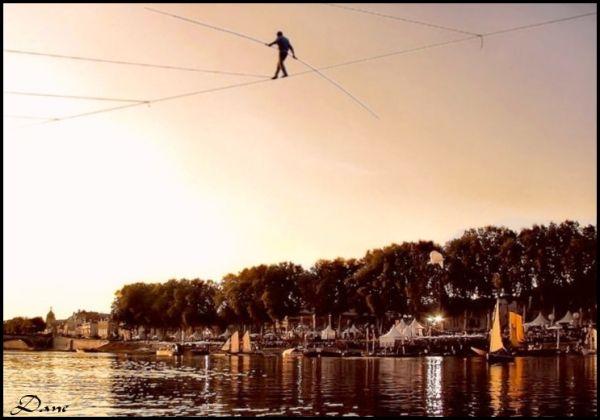 Pas à pas, il traverse la Loire, funambule de rêve