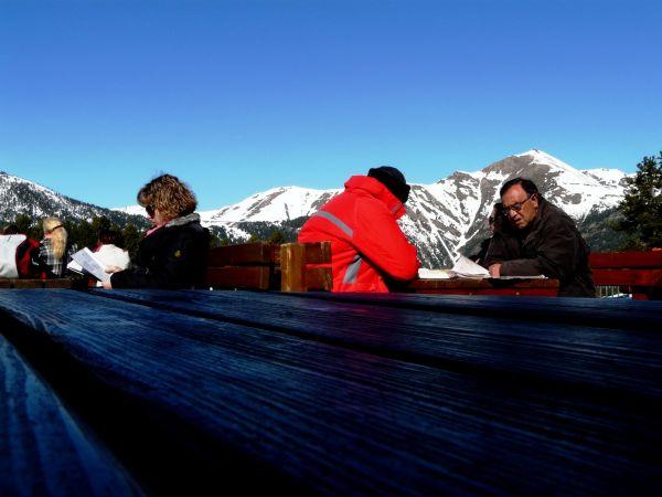 Persons leyendo en el bar de una estación de esquí