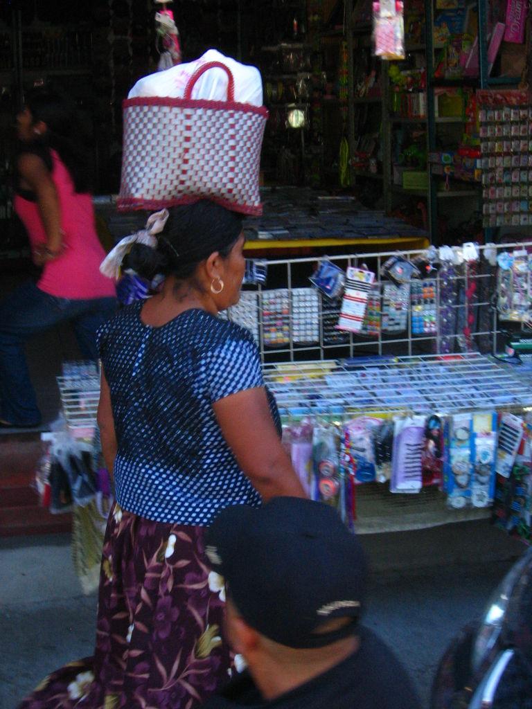 señora oaxaqueña llevando cosas en la cabeza