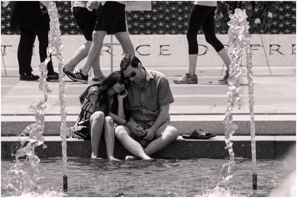 couple man woman cellphone fountain Washington DC